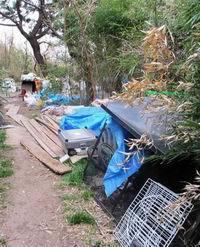 調布市の多摩川河川敷のホームレス(200x247)