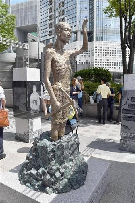 ソウルの竜山駅前の労働者像(470x705)