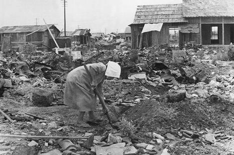 太平洋戦争_爆撃後の住宅地(470x313)