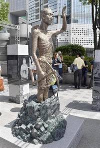 韓国ソウル竜山駅前の徴用工像(200x295)