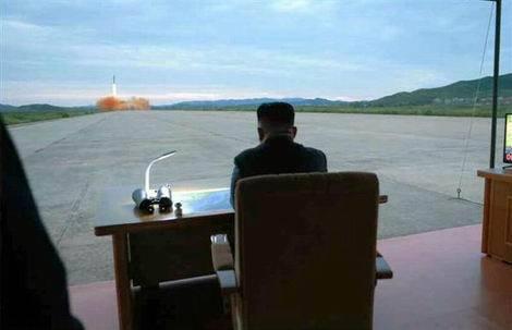 北朝鮮 空港滑走路でのミサイル発射(470x303)