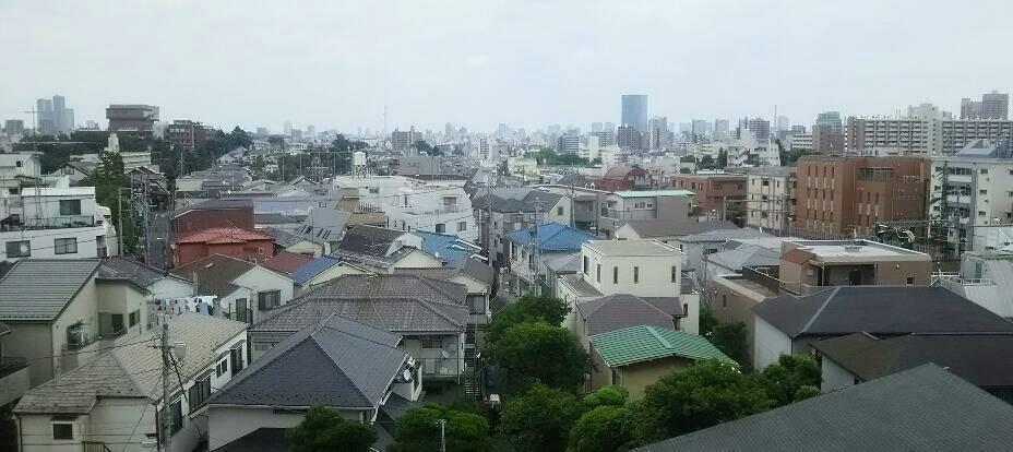 街を見下ろして、のんびり雲が泳いでゆく