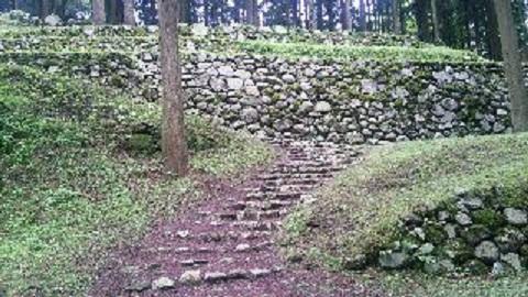 石垣下の大手道