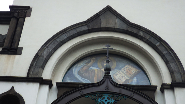 ニコライ堂 玄関上 ステンドグラスと十字架