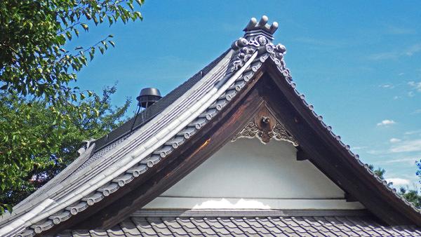 屋根の瓦と釜