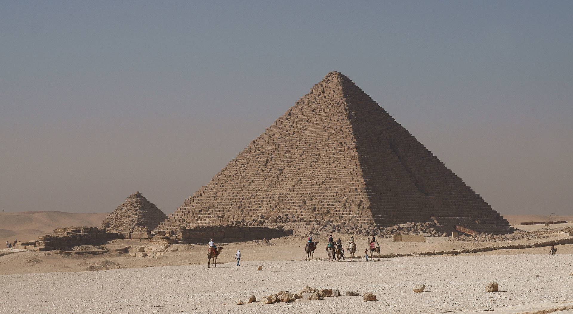 Menkaures_pyramid (1)