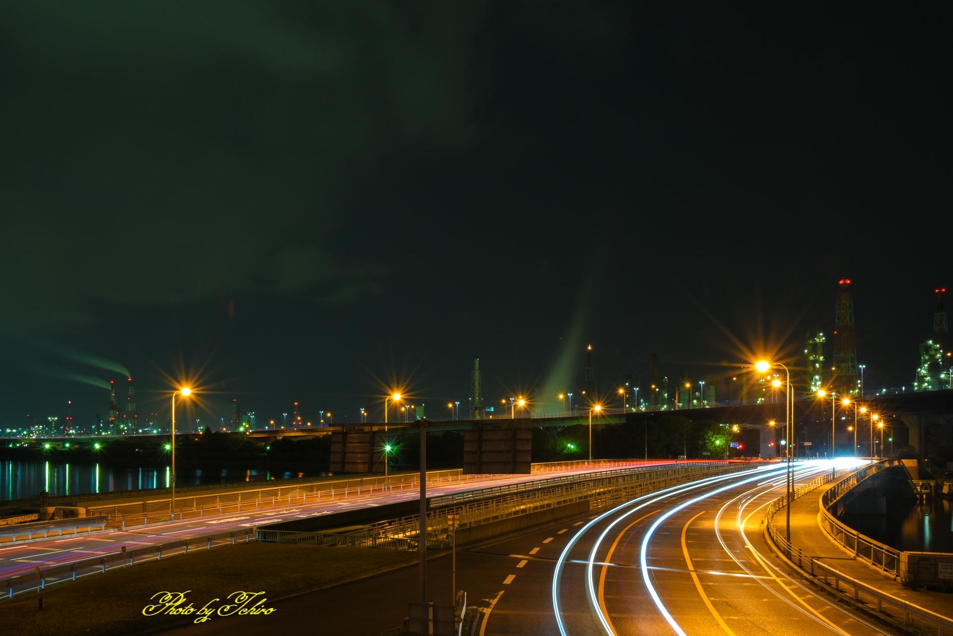 工場夜景と光跡