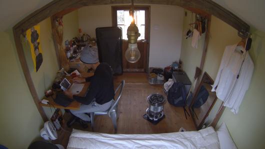 雨の日は六畳一間の小屋で過ごす