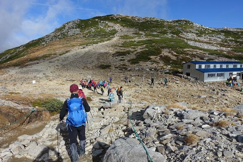 12 木曽駒頂上へ向かう参加者 15%