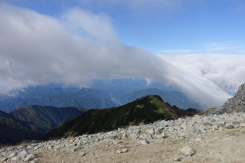 16 木曽駒頂上からの流れ込む傘雲 15%