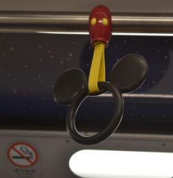 ディズニーリゾートラインのつり革はミッキー!