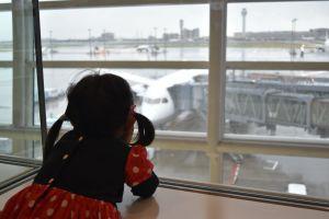 ミニーちゃんの服を着て羽田空港を出発