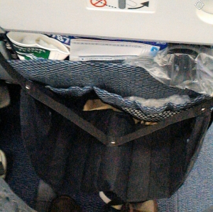 飛行機のテーブルにかける足置き