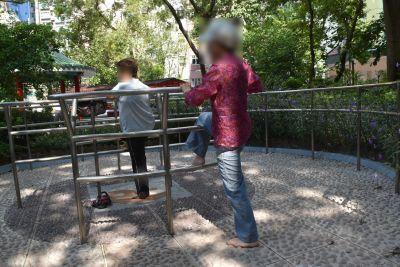 荷李活道公園で妻が運動