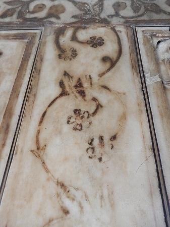 大理石表面には跡だけ残った。