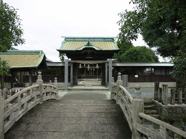 石橋を渡るお寺