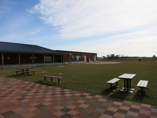 北欧の風 道の駅とうべつ 中庭のベンチ
