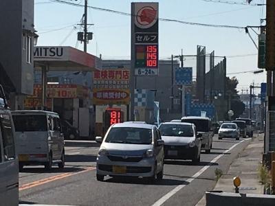 レギュラーガソリン135円/L(17/11/02 大津市本堅田のセルフGSで)