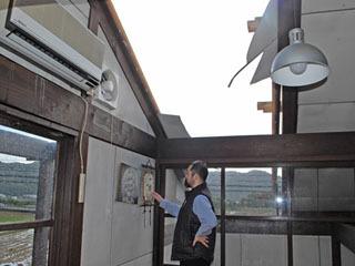 台風21号の強風で屋根が剥がれた道の駅妹子の郷のレストラン