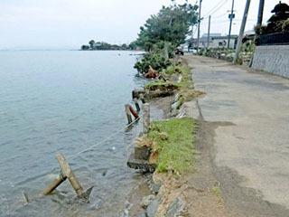 台風21号の大波で浸食された和邇北浜の湖岸