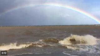 台風21号襲来で大荒れの琵琶湖に掛かった見事な虹