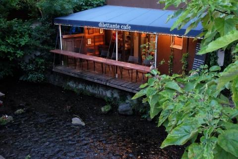 22源兵衛川沿いのカフェ