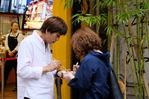 08中華街立ち食いカップル