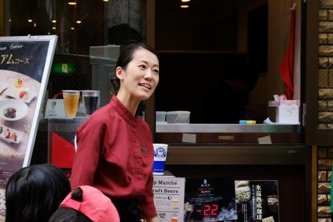 09中華街レストランの接待係