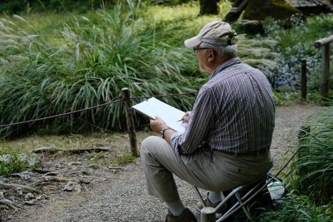 09聴秋閣前で絵を描く人