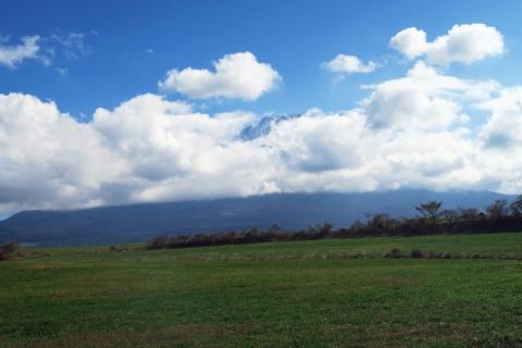 12牧草地越しの富士山