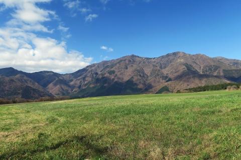 12牧草地越しの毛無山