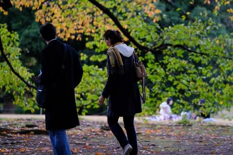 24歩くカップル