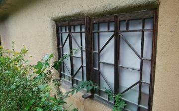 裏の家の窓
