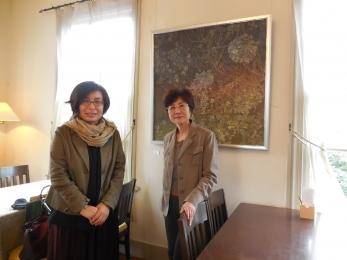 立木美恵さんと作品の前で (1)