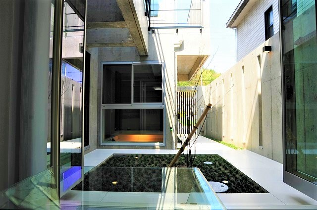 中庭テラスパティオ京都市北区上賀茂のRC造、打ちっぱなしコンクリートのモダンなデザインの注文住宅