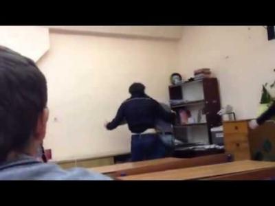 【苦笑】生徒同士のケンカ?拳銃も出て来た!