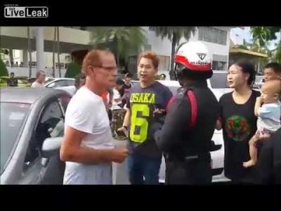【Fight!】交通事故でタイ人が72歳のオーストラリア人にパンチ!