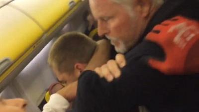 【スカッとワールド!】機内で酔っぱらった若者を白髪の男性がチョーク・ホールドで黙らせた!
