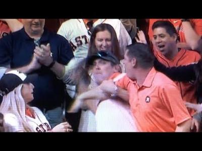 【苦笑】うわっ!最悪っ!美女が取ったホームランボールを奪うヤツ!