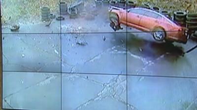 【衝撃!】空から車が降って来るって動画がマジやばい! 運転手はかすり傷ひとつナシという奇跡が!!