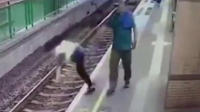 【衝撃!】男が女性を理由もなしに線路へ突き落した!