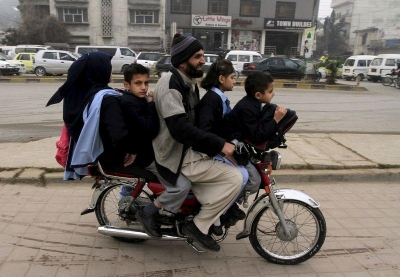 【笑える!】パキスタンのスクールバス?強引だね!