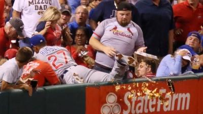 【いいね!】ボールを追ったら観客の食事を台無しに・・・プロ選手の神対応に感動!