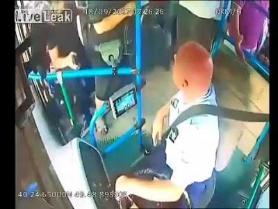 【衝撃!】バス中央のドアから入った女性を注意したら息子にフルボッコ!