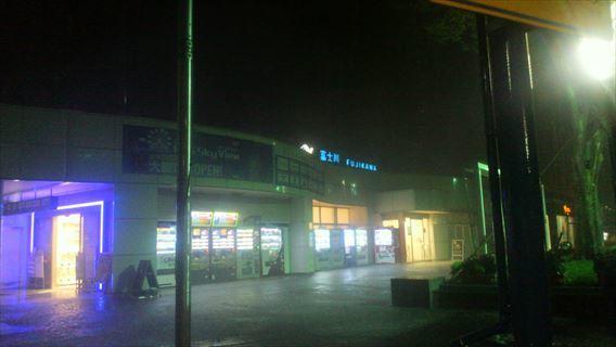 台風接近中の富士川SA