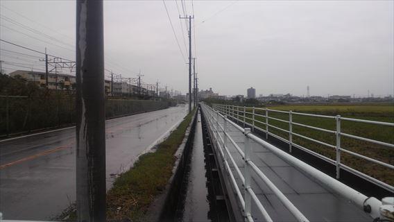 水路の上の歩道