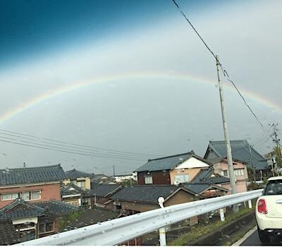 曇り空に虹
