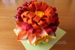 花のくす玉とフェルト