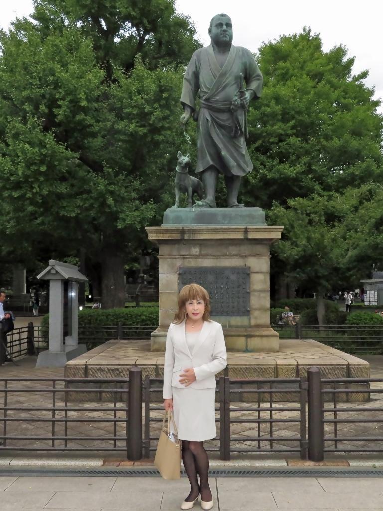 上野公園ベージュスーツ(1)