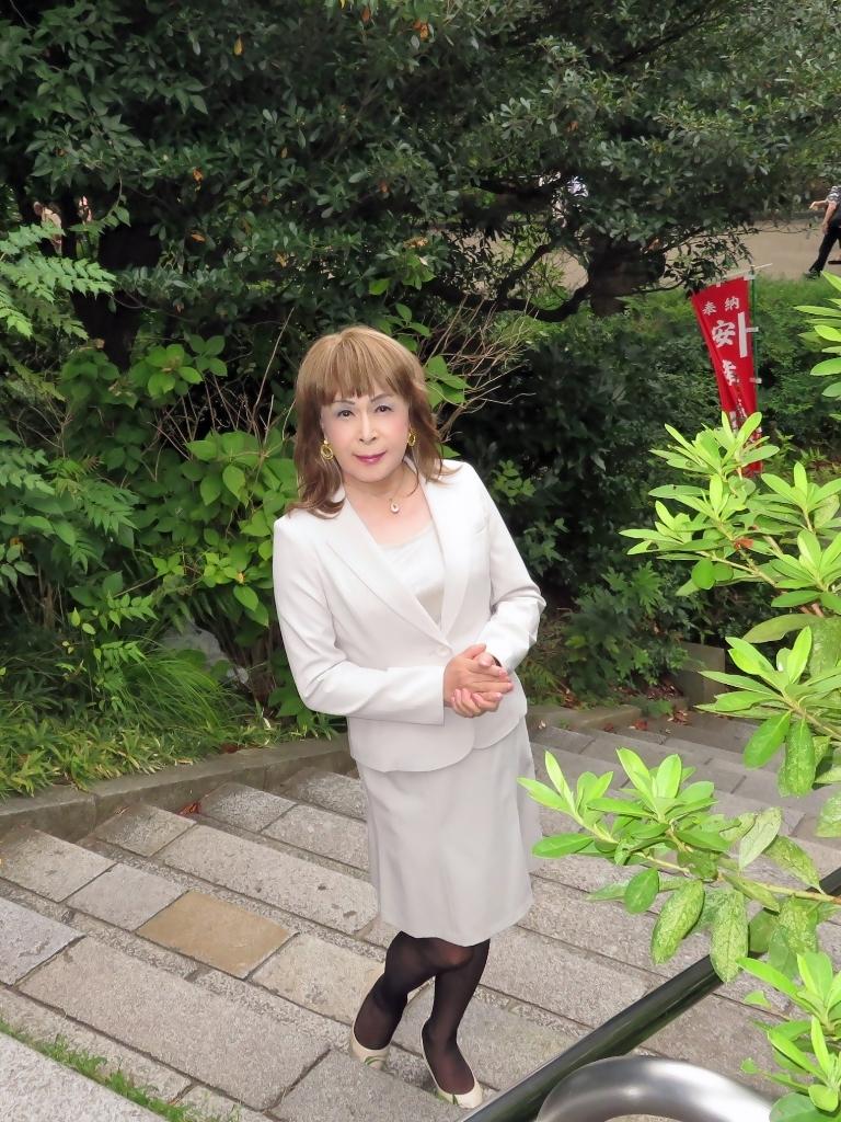 上野公園ベージュスーツ(3)